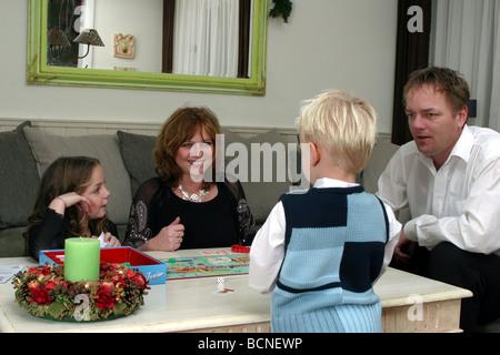 Familie zu Hause am Heiligabend - Stockfoto