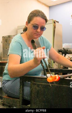 Glasbläser Michelle Weston, Glasstudio, Berea, Kentucky, USA - Stockfoto