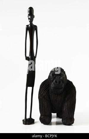 Handgefertigte Holzschnitzereien aus Afrika, einer afrikanischen Stammesangehörigen und Gorilla - Stockfoto