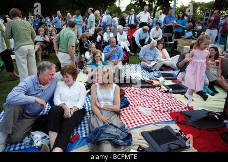 Konzertpublikum auf Hatch Shell auf der Esplanade, Boston - Stockfoto