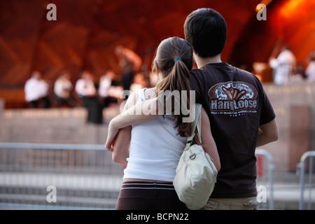 Ein junges Paar Uhren ein Konzert im Freien bei Hatch Shell in Boston - Stockfoto