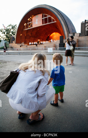 Eine Frau und Kind sehen ein Konzert in der Hatch Shell an der Esplanade, Boston - Stockfoto