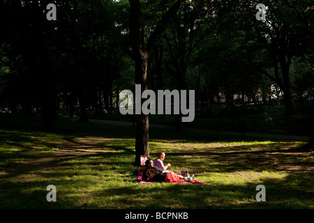 Ein paar Picknick auf dem Rasen im Central Park in New York 31. Mai 2009 - Stockfoto