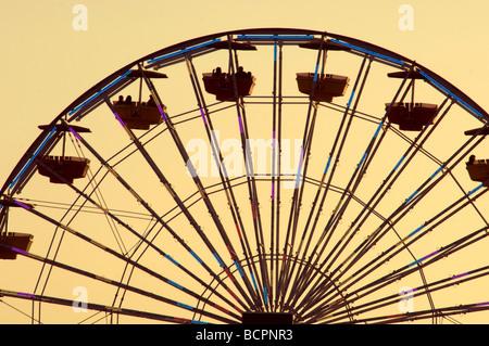 Ein Riesenrad gesehen vor einem Sonnenuntergang Himmel - Stockfoto
