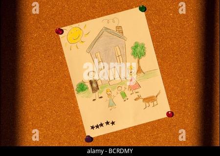 Home Schwarzes Brett mit Childs Zeichnung ein glückliches Familienleben - Stockfoto