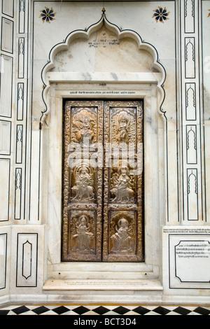 Kunstvoll verzierte silbernen Metall geschnitzten Türen an der Sri-Durgiana-Hindu-Tempel, Amritsar. Indien. - Stockfoto