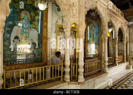 Kreuzgang am Sri Durgiana Hindu Tempel, Amritsar. Indien. - Stockfoto
