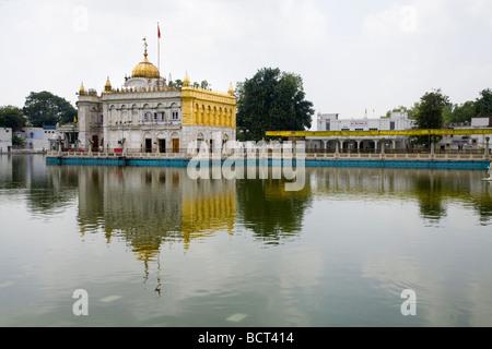 Sri Durgiana Hindu-Tempel, gebaut im Stil von des Sikh Golden Temple, mit einem Wassertank und gewölbte Schrein. - Stockfoto