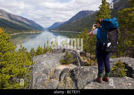 Weibliche Wanderer, Rucksacktouristen, die Aufnahme des Lake Bennett, Chilkoot Pass, Chilkoot Trail, Yukon Territory, - Stockfoto