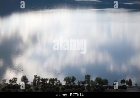 Einsamen Boot und morgen Reflexion der Wolken in See Albano Castel Gandolfo Italien - Stockfoto