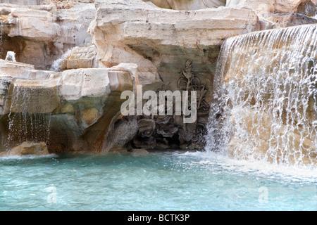 Trevi-Brunnen-Detail von geformten Blüten und Blättern unter dem Brunnen, Rom - Stockfoto
