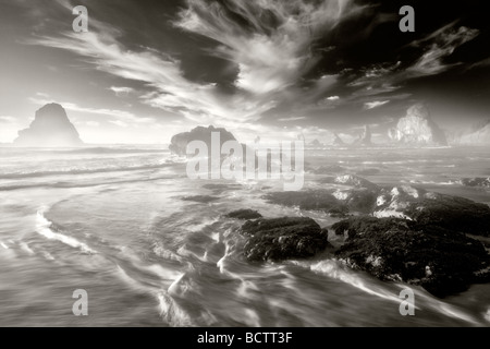 Küste mit interessanten Wolken bei Sonnenuntergang Samuel H Boardman State Scenic Korridor Oregon - Stockfoto