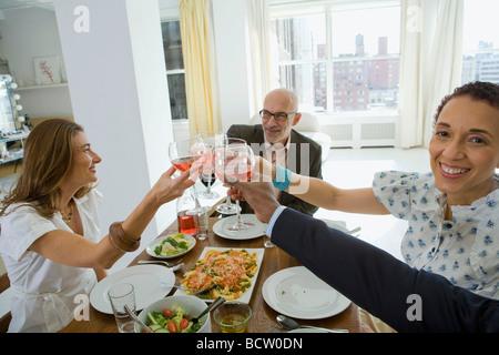 Zwei Männer und zwei Frauen Toasten mit Weingläsern - Stockfoto