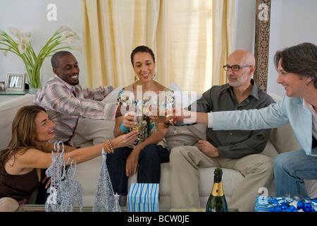 Toasten mit Champagner-Flöten in einer Party Freunde - Stockfoto