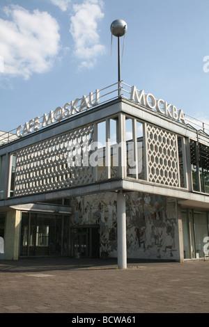 Außenseite des Cafe Moskau an der Karl-Marx-Allee in Ost-Berlin Deutschland Juni 2008 - Stockfoto