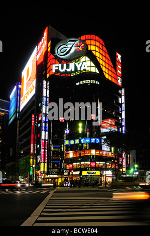 Bunte Shop Fronten und Werbung Bildschirme in Ginza Bezirk Tokio Japan - Stockfoto