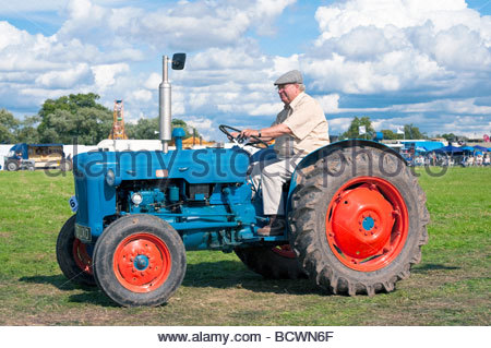 oldtimer traktor an welland steam rally uk klassische traktor nuffield parade im show ring. Black Bedroom Furniture Sets. Home Design Ideas
