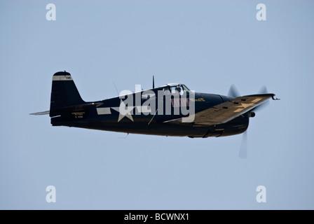 Eine Grumman F6F Hellcat fliegt auf einer Flugshow. - Stockfoto