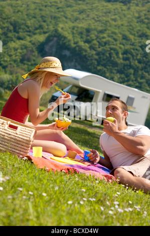 junges Paar mit Picknick in Bergen - Stockfoto