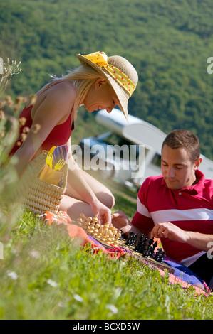paar beim Schachspiel auf dem Rasen - Stockfoto