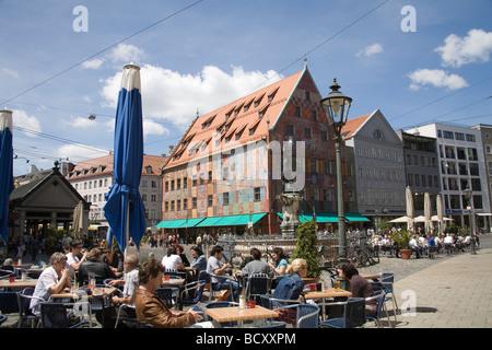 Augsburg Bayern Deutschland EU beschäftigt Open-Air-Cafés auf der Maximilianstraße um Merkurbrunnen Brunnen mit - Stockfoto