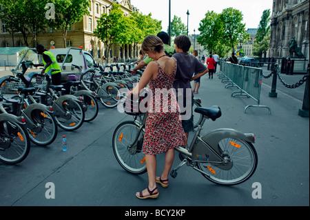 Paris Frankreich, Franzosen, Frau im Kleid, hinten, mit Freien, öffentlichen Fahrrädern, Velib, Radfahren auf der - Stockfoto