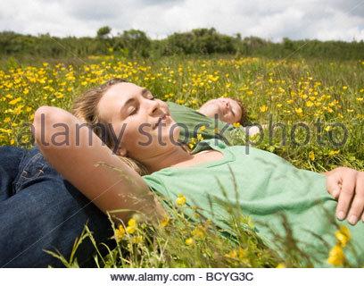 Paar in Wiese schlafen - Stockfoto