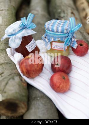 Reife Äpfel und Marmelade auf Protokoll-Stapel - Stockfoto