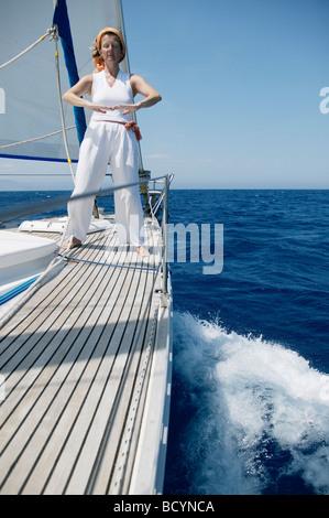 Frau beim Yoga auf Segelboot - Stockfoto