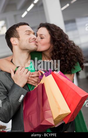 paar Einkaufs- und küssen - Stockfoto