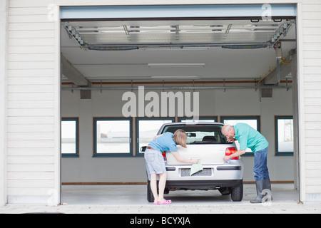Alter Mann und junge Mädchen waschen Auto - Stockfoto