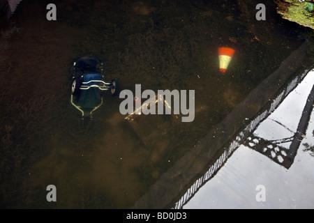 Kegel und alten Kinderwagen in Kanal entsorgt. - Stockfoto