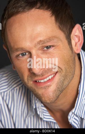 Studio-Porträt des jungen Mannes - Stockfoto
