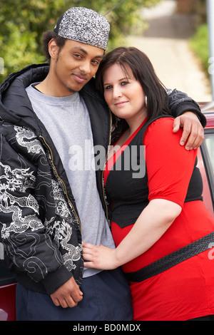Junges Paar stand neben dem Auto