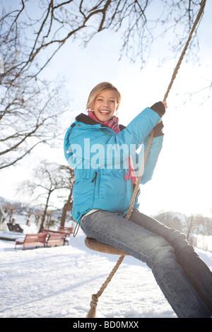 Skandinavische Teenager-Mädchen auf einer Schaukel - Stockfoto
