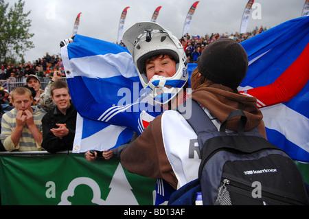 Eine emotionale Ruaridh Cunningham (GBR) wird von einem Freund umarmt, nach dem Gewinn der Junioren Downhill Weltmeisterschaft - Stockfoto