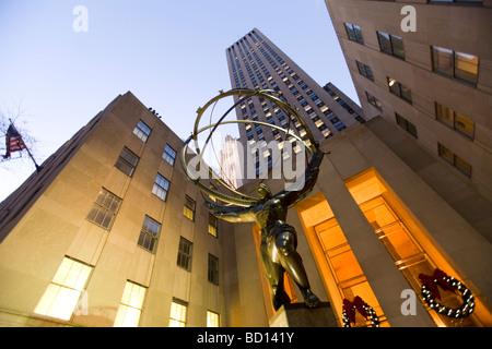 Ein Abend-Blick auf die Atlas-Statue am Rockefeller Center in New York City New York - Stockfoto