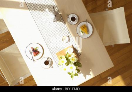 Kaffee Tasse tart auf Tisch - Stockfoto