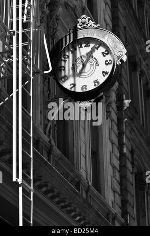 Alte Uhr an einem Gebäude in Tribeca in New York City. - Stockfoto