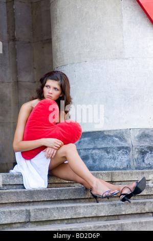 Traurige Frau sitzt auf der Treppe - Stockfoto