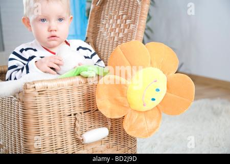 Babymädchen im Korb - Stockfoto