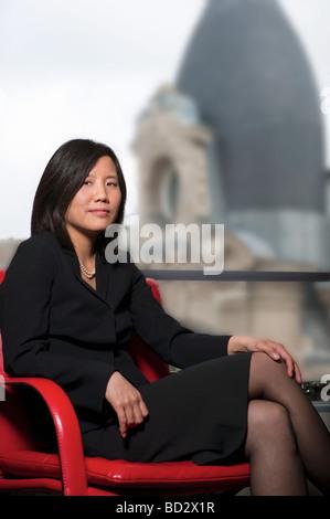 Chinesische Geschäftsfrau sitzend, Paris - Stockfoto