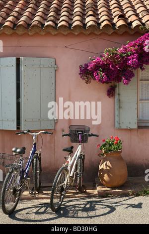 Fahrräder in Porquerolles Dorf, Ile de Porquerolles - Stockfoto