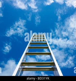 Leiter gegen blauen Himmel. - Stockfoto
