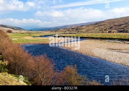Der schöne Fluß Cassley, Glen Cassley Sutherland in Schottland an einem hellen sonnigen Frühlingstag - Stockfoto