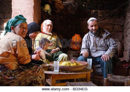 Eine Berber-Familie eine traditionelle Tajine Essen in einem marokkanischen Haus in der Nähe von Marrakesch, Marokko - Stockfoto