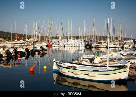 Blick auf Hafen von Porquerolles - Stockfoto