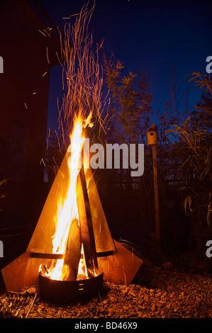 ... Kamin In Den Garten Sommer Abend Nacht Blaue Heiße Dunkle Malerischen  Romantik Romantischen Kamin Grill BBQ