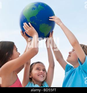 Kinder halten einen Globus - Stockfoto