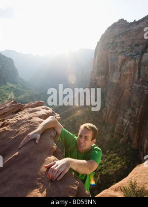 Ein Mann auf einem Felsen am Red Rock Klettern - Stockfoto
